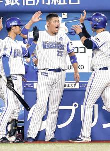 7回1死満塁、伊藤光の打球を北條が失策、生還したソトを迎える筒香(中)(左は大和)