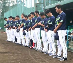 試合前、亡くなった金田正一さんに黙とうをささげる高津監督(右)らヤクルトナイン