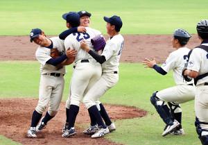 10季ぶりに勝ち点を挙げて喜ぶ京大の選手たち