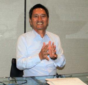B2リーグ準加盟申請が承認されて笑顔のベルテックス静岡の鈴木延幸代表