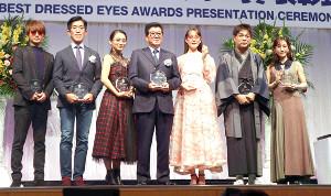 第32回日本メガネベストドレッサー賞を受賞した(左から)西島隆弘、岸博幸、岡田結実、松井一郎、トリンドル玲奈、立川志らく、田中みな実