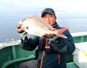 0.9キロのマダイを釣って優勝した宮嶋さん(昭栄丸で)