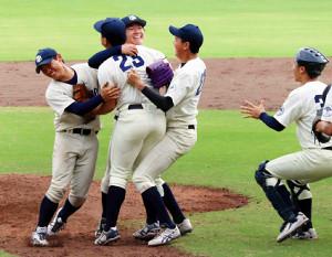 10季ぶりに勝ち点を挙げて喜ぶ京大ナイン