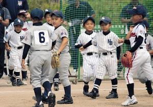 4強進出を決め喜ぶ大阪柴島・茨木ナニワ・大阪都島合同ナイン