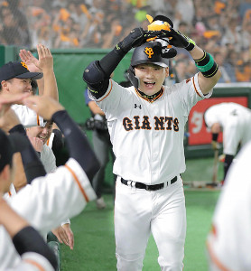 1回2死、先制本塁打を放ち、「まるポーズ」でナインに迎えられる丸佳浩