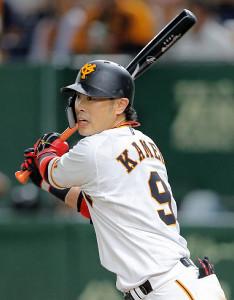 2回2死一、二塁、左前適時打を放つ亀井善行(カメラ・泉 貫太)