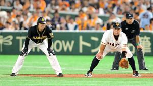 4回2死、右前打で出塁した福留孝介(左)と一塁を守る阿部慎之助