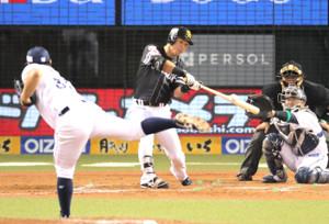 8回2死一、三塁、長谷川勇也が左前に同点となる適時打