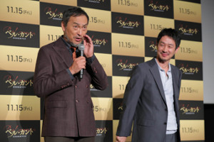 舞台挨拶に登場した渡辺謙(左)と加瀬亮