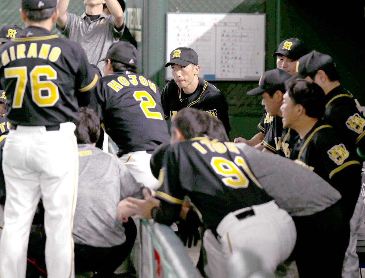 試合前に円陣を組む阪神ナイン(後方中央は矢野燿大監督)