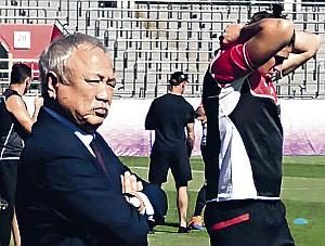 練習を視察した森会長(左)