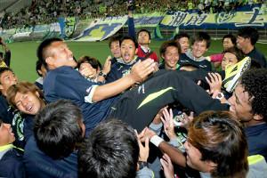 14年10月、J2優勝を決め胴上げされる湘南・曹監督