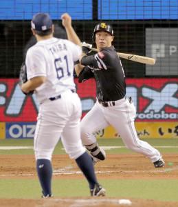 8回2死一、三塁、長谷川勇が左前に同点適時打を放つ(投手は平良)