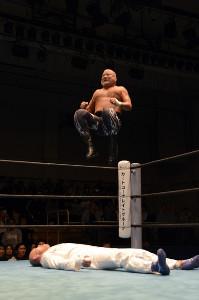 ダイビングセントーンを決めるヒロ斎藤(写真提供・ドラディション)