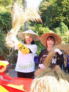 小林幸子田で米を脱穀する小林幸子(左)と中川翔子
