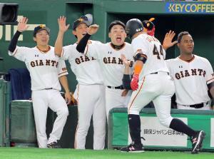 4回無死二塁、左越えに2点本塁打を放ったゲレーロ迎える(左から)増田大輝、小林誠司、丸佳浩(1人おいて)先発のメルセデス