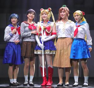 熱演する乃木坂46の(左から)向井葉月、早川聖来、久保史緒里、伊藤純奈、田村真佑
