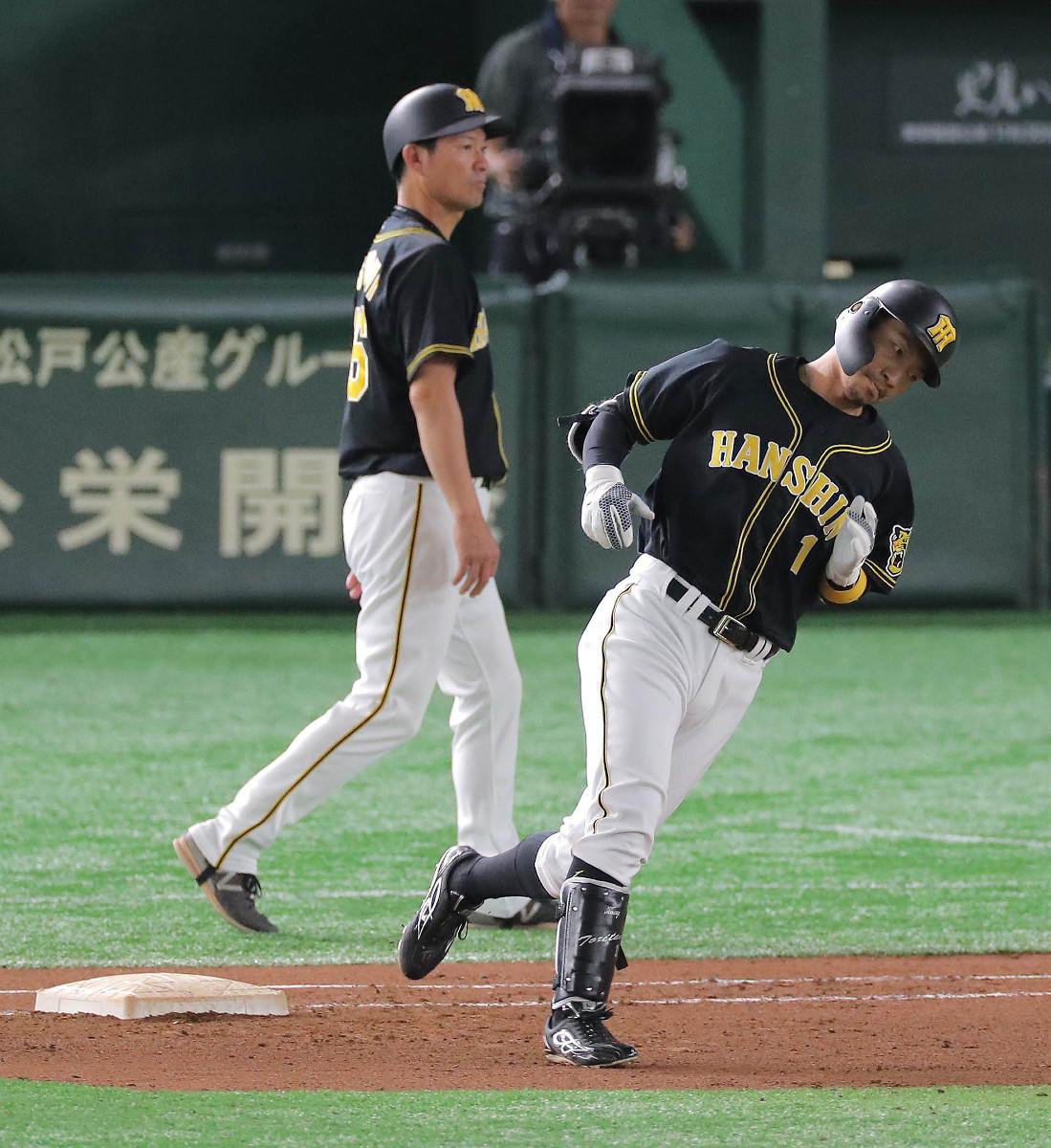 8回、三飛に倒れた阪神・鳥谷(右)