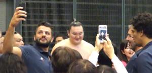 サインに応じる白鵬(中央)と写真を撮るラグビー・フランス代表のコーチ陣