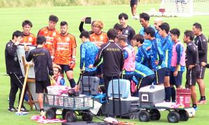 浮嶋新監督(左端)を中心に練習を行った湘南イレブン