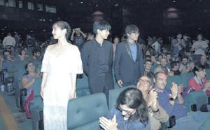 スペインのシッチェス・カタロニア国際映画祭を訪れ、歓声を浴びた(左から)吉岡、吉沢、長井龍雪監督