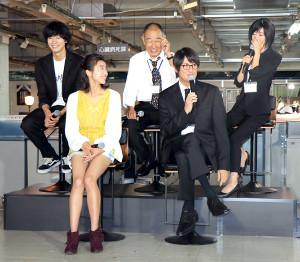 テレビ東京系「死役所」の制作会見で笑顔を浮かべる(前列左から)黒島結菜、松岡昌宏(後列同)清原翔、でんでん、松本まりか