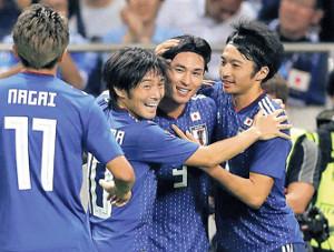 ゴールを決めた南野(右から2人目)と抱き合う柴崎(右)と中島