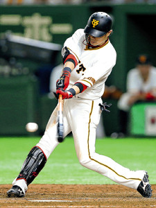 5回1死、右中間へこの試合3安打目となる二塁打を放つ亀井善行(カメラ・泉 貫太)