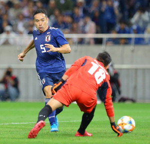 前半33分、チーム3点目となるゴールを決める長友(カメラ・竜田 卓)