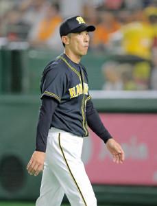 浮かぬ表情で選手交代を告げる矢野監督
