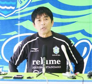 湘南の新監督に就任し、記者会見した浮嶋敏氏