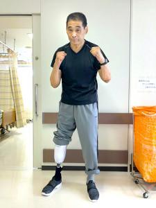 病室の前でファイティングポーズを決めた谷津嘉章