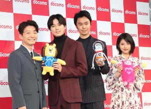 新商品発表会に出席した(左から)星野源、新田真剣佑、長谷川博己、浜辺美波