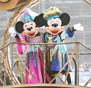 東京ディズニーリゾートの人気者、ミニーマウス(左)とミッキーマウス(写真は開催中のTDSハロウィーンショー「フェスティバル・オブ・ミスティーク」)