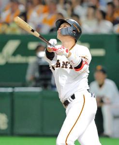 1回1死、東京ドームの天井に当たって左飛に終わった坂本勇(カメラ・泉 貫太)