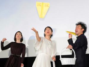 会場に向けて紙飛行機を飛ばすも手元に戻ってくるハプニングに苦笑する(左から)天海祐希、吉永小百合、ムロツヨシ