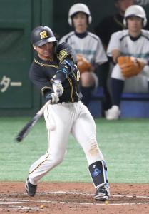 3回、左翼スタンド上段へ先制ソロを放つ阪神・梅野