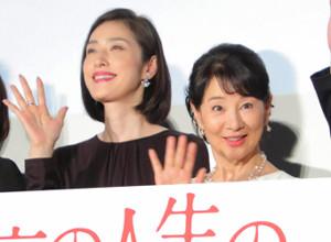 舞台挨拶に登場した天海祐希(左)と吉永小百合
