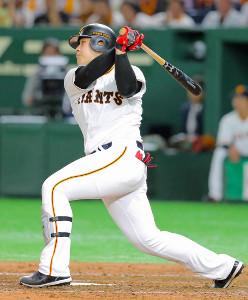 3回1死満塁、中越えに逆転の2点二塁打を放つ岡本