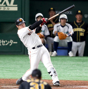 5回無死一塁、左中間スタンドに同点の2号2ラン本塁打を放つ岡本