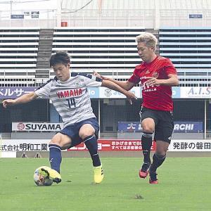 相手選手と競り合う磐田MF松本