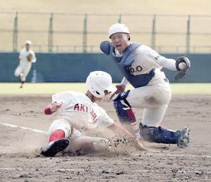 9回2死一、二塁から右前打を打たれた東奥義塾。原田捕手(右)が二塁走者を本塁でタッチアウトし試合終了