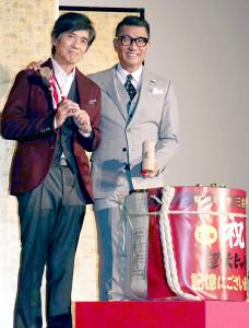 大ヒット舞台あいさつに出席した中井貴一(右)と佐藤浩