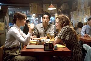 映画「アースクエイクバード」の1シーン(左からアリシア・ヴィキャンデル、小林直己、ライリー・キーオ)