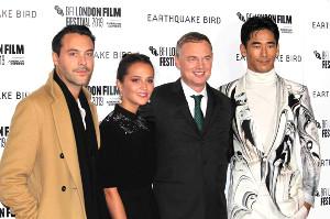 レッドカーペットに登場した(左から)ジャック・ヒューストン、アリシア・ヴィキャンデル、ウォッシュ・ウェストモアランド監督、小林直己