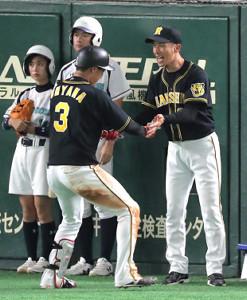 9回無死、勝ち越しソロを放った大山を矢野監督がベンチ前で出迎えた