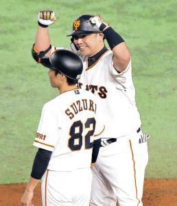 3回、右前適時打を放ちベンチに向かってガッツポーズする阿部(手前は鈴木外野守備走塁コーチ)