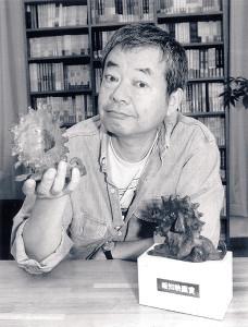 自らデザインし、後に受賞者として受け取った報知映画賞のブロンズ像を披露する和田誠さん(1995年11月)