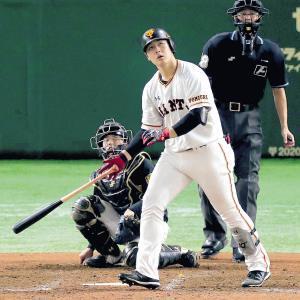 5回無死一塁、中越え同点2ランを放ち、打球を見つめながらゆっくりと歩き出した岡本(カメラ・生澤 英里香)