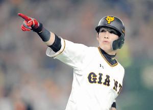 4回1死、中越え本塁打を放ち、ベンチを指さす陽